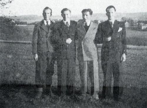 Čtyři bratři Fastnerovi (měli ještě 10 sourozenců) na jedné trochu nejasné poválečné fotografii spolu: Erwin, Herbert, Albin a Fritz