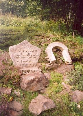 ... kde roku 1992 obnovil Kilian Fastner kapli stojící naproti zaniklé rodné usedlosti