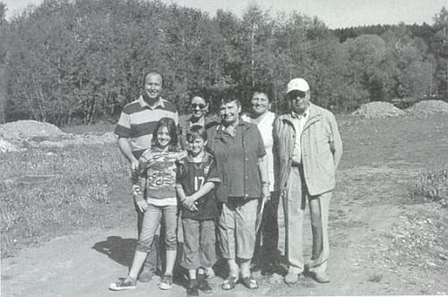 Se svými blízkými při cestě na Šumavu stojí uprostřed (viz i Gustav Stifter)