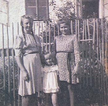 Jako malá stojí uprostřed mezi staršími děvčaty z Hůrky