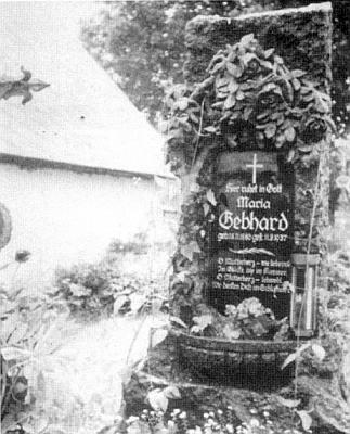Někdejší hrob rodiny Gebhardových na zrušeném dnes starém hřbitově obce Černé vPošumaví s náhrobním kamenem (motivem reliéfu na něm byl růžový keř a oba kameníci, kteří ho měli vytvořit, padli ve válce), o němž se paní Inge stále domnívá, že někde musí být pro svou krásu uchováván