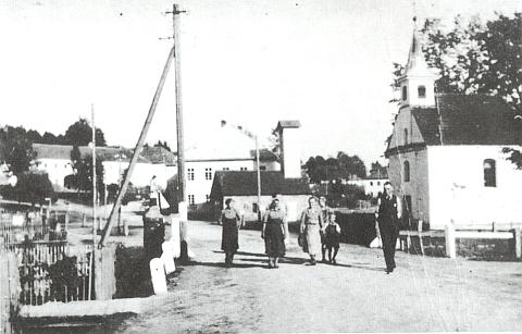 Záběr návsi v Hůrce s kaplí, hasičskou zbrojnicí a školou dál za ní