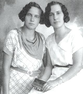 """Její tety Grettl a Mirzl Gebhardovy """"vom Werk"""", tj.  z tuhových dolů"""
