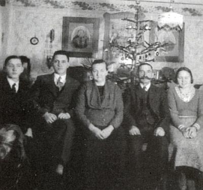 """Snímek rodiny Gebhardovy  na adrese """"Werk"""" byl pořízen začátkem roku 1930 ještě s vánočním stromkem"""