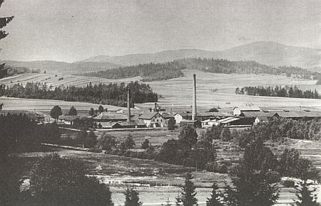 Knižecí schwarzenberské tuhové doly, pohled k severu zachycuje vpozadí horu Chlum (1194 m)