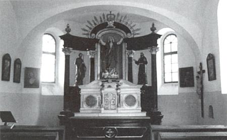 Kaple v Chvalovicích, jejíž základní kámen byl položen v roce 1403 zlatokorunskými cisterciáky