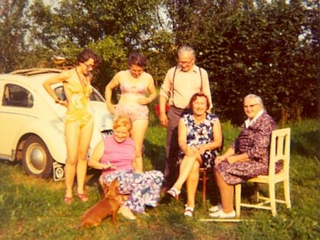 Snímky z okolí lokality U Špačků u Českých Budějovic, pořízené někdy v roce 1974, horní ji zachycuje v 61 letech     hrající si se psem uautomobilu s vídeňskou poznávací značkou, sama je autorkou snímku spodního