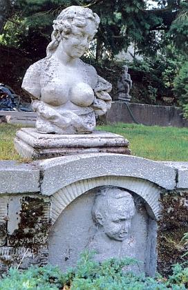 Ženská bysta na terase Schopenhauerovy zahrady v Dobré Vodě