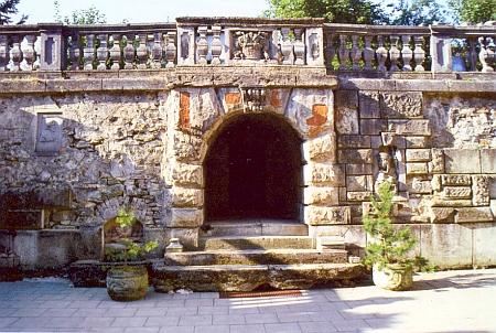 Portál dobrovodské štoly sv. Barbory, zdobený Edwinem Schopenhauerem