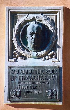 I pamětní deska faráře Zachara, zásluhou Národní jednoty pošumavské zřízená na budově české školy, kterou kněz založil, je opatřena portrétní bystou z dílny Edwina Schopenhauera