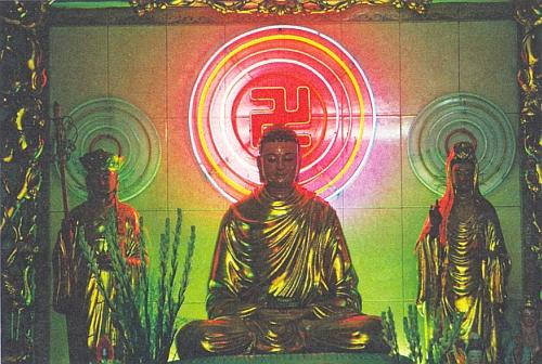 Interiér buddhistické svatyně ve vietnamském Saigonu (dnes Ho Či Minovo Město)
