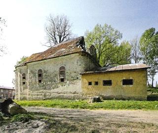 Kostel byl po roce 1945 přestavěn na kino apostupně zdevastován...