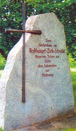 """""""Rozvadovský"""" pamětní kámen, připomínající i někdejší Polesí (Zirk) aStřeble (Ströbl), na vrchu Kreßberg ubavorské obce Waidhaus"""