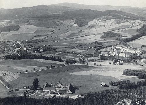 Nádherný výhled od Hrudkova, kde trávil v léčebně poslední čas života, naVyšší Brod