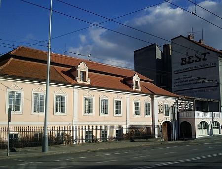 ... a tentýž dům na českobudějovickém Senovážném náměstí, dnes sídlo Národního památkového ústavu, na snímku z roku 2014