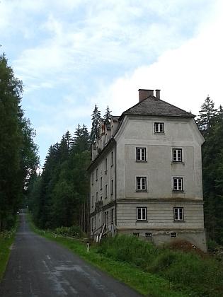 Bývalá rakouská celnice o pár set metrů dál s dodnes čitelnými ruskými nápisy z konce 2. světové války