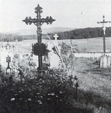 """Dolnovltavický dřevěný hřbitovní kříž z roku 1899 je tu zachycen na snímku vpravo, zaním hřbitovní zeď, louky zvané """"Hofwiesen"""" s lesem řečeným """"Hoid"""""""