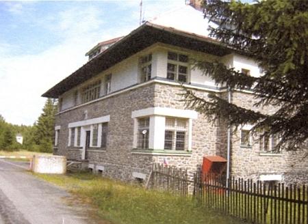 Někdejší celnice v Kyselově, později rota Pohraniční stráže, na starých snímcích (dolní snímek z roku 1978)...