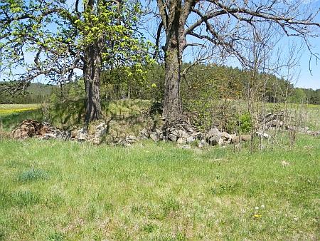 Tady mlýn stával (2020) - dolní snímek zachycuje místo, kde bývala kaplička (na kresbě výše je u kraje vlevo nahoře)