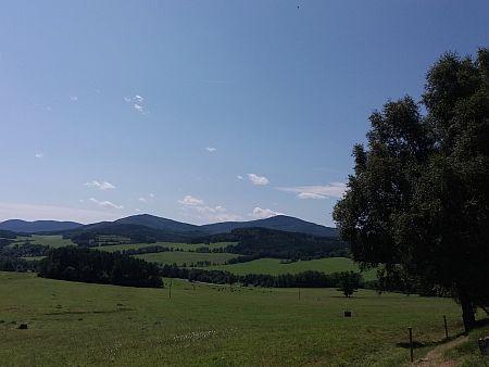Hora Chlum od Smědče (uprostřed snímku, vlevo je Plešný) a od někdejší Nové Vísky, dnes ve vojenském prostoru