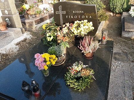 Hrob rodiny Fikotovy a kostel svatého Petra a Pavla v Hosíně