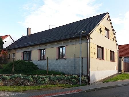 Rodný dům čp. 13 v Hosíně na snímcích z roku 2019