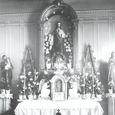 Z jeho sbírky pohlednic pochází i tento vzácný záběr oltáře nemocniční kaple v Českém Krumlově, otevřené spolu s nemocnicí, která při založení nesla jméno císaře Františka Josefa, v roce 1911