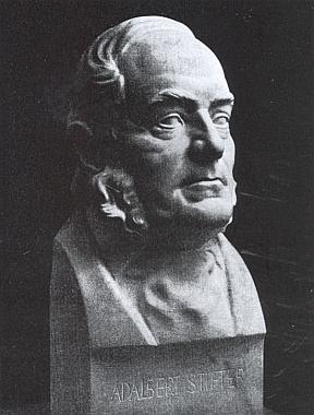 Stifterova bysta od sochaře Josefa Müllera-Weidlera (1889-1959), ojejíchž osudech Fink do čtvrtletníku lineckého Institutu Adalberta Stiftera rovněž psal
