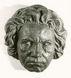"""O portrétním umění sochaře Müllera-Weidlera, byť se týkalo nežijících velikánů, svědčí itoto dílo s názvem """"Beethovenova maska s otevřenýma očima"""""""