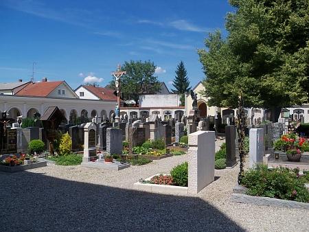 Hřbitov v bavorském Altöttingu, kde je pochována