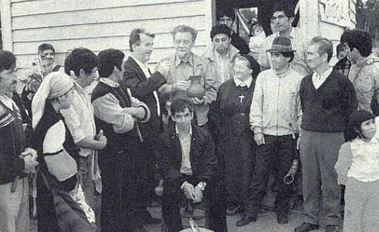 Snímek z misie v Chile ji roku 1991 zachycuje vedle místních i se dvěma německými misionáři, jimž sahá ta drobná řeholní sestra sotva po ramena