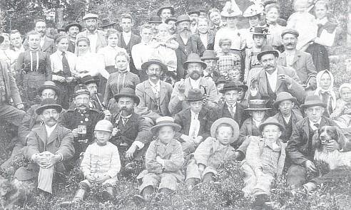 """Výlet zpěváckého spolku na tzv. """"Sängerhöhe"""" v roce 1898 - Franz Fischer s nezaměnitelným knírem sedící uprostřed (viz i Johann Märten)"""