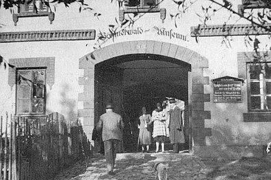 Vstupní vrata do někdejší budovy hornoplánského muzea a záběr z jeho později rozprášené knihovny