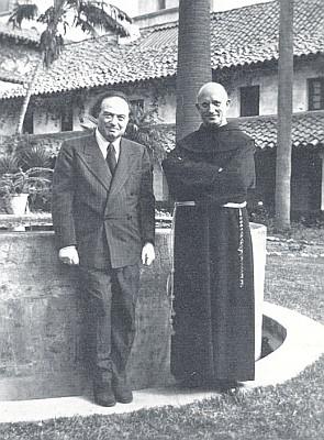 """S Franzem Werfelem na nádvoří """"Old Mission"""" vSanta Barbara, Kalifornie, někdy vprvé půli čtyřicátých let minulého století"""