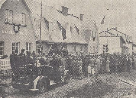 """Budova české školy ve Volarech, slavnostně otevřená 15. srpna 1931, se celkem citlivě začleňovala do zdejší architektury, českobudějovický list """"Budweiser Zeitung"""" však už v čísle   z 19. září téhož roku neopomněl poznamenat, že tento """"Schulpalast"""", tj. """"školní palác"""", navštěvuje ani ne 35 dětí, z toho prý 7 z """"čistě německých"""" rodin a 8 z rodin """"smíšených"""""""