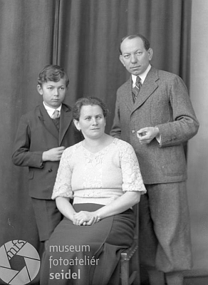 S manželkou a se synem na dvou snímcích z března roku 1936, pořízených českokrumlovským fotoateliérem Seidel