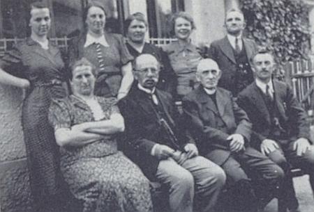 Pan ředitel Fleischmann je na snímku, zachycujícím v osudovém roce 1938 učitelský sbor školy ve Štítarech,      dobře k poznání druhý zleva v první řadě