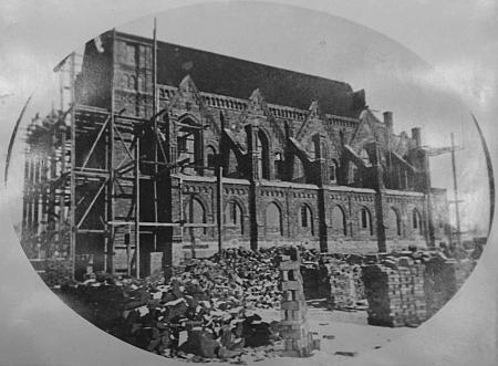 Dva snímky, zachycující stavbu českobudějovické synagogy