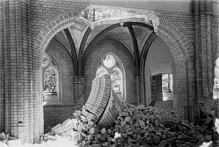 Snímek interiéru před destrukcí synagogy v roce 1942