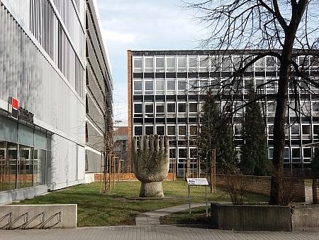 Místo, kde synagoga stávala, na snímcích z roku 2019