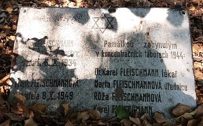 Na záběrech z českobudějovického židovského hřbitova je symblolický hrob MUDr. Karla Fleischmanna a tabulka na místě hrobu jeho rodiny