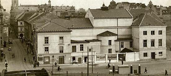 Stará podoba českobudějovického divadla na snímku z roku 1943 ještě s dochovanou hradební věží
