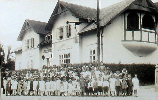 Děti z průvodu při jeho primici tu v Železné stanuly před budovou místního Vincentia