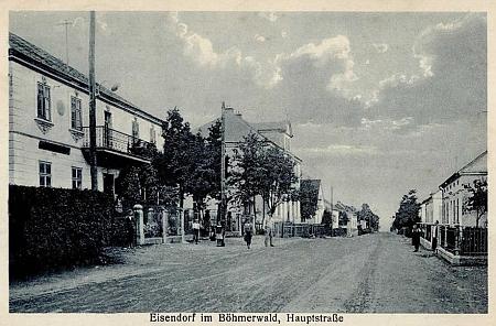 """Stará pohlednice s označením Eisendorf (Böhmerwald) a snímkem hlavní ulice """"mit Vincentinum Kindergarten"""""""