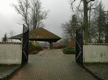 """Vchod do """"parku smíření"""" v někdejší Železné připomíná spíše hřbitov"""