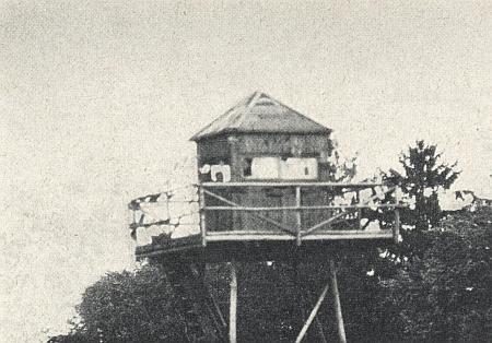 Strážní věž v Železné na snímku z 28. srpna 1962, jehož pořízení se marně snažil zabránit voják za okny pozorovatelny