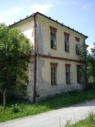 Chátrající budova školy v roce 2012 (viz i Johannes Barth)