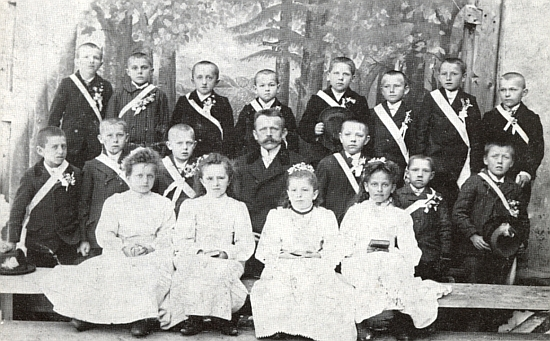 První přijímání roku 1912 v německém Rychnově u Frymburka, jehož se s dětmi zúčastnil