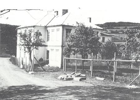 Škola v Kyselově na snímku z roku 1965