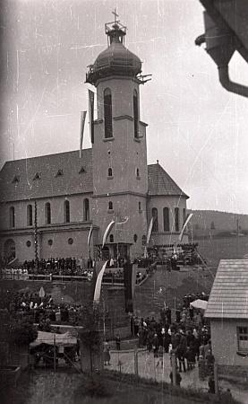 Slavnost vysvěcení kostela ve Větřní roku 1938 ještě pod československými vlajkami na snímku z fotobanky Musea Fotoateliér Seidel